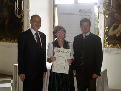 Frau Dipl.Päd. Ingrid Schöttel nimmt die Urkunde entgegen